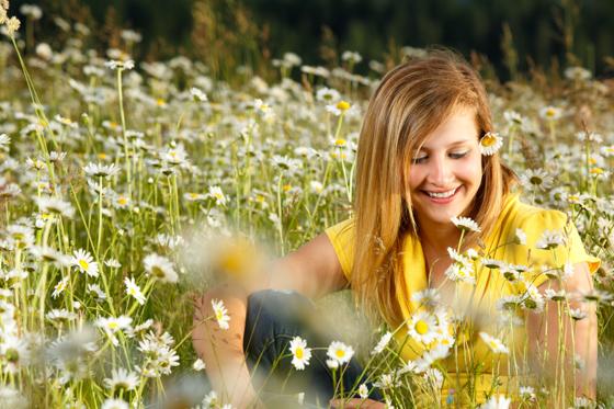 senior portrait in the daisies